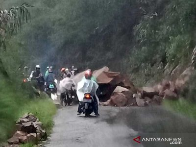 Batu Longsor Tutup Jalan Raya Cikajang-Pamenungkpeuk di Garut
