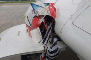 roda pesawat tersangkut layangan
